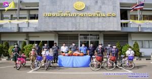 รองบัญชาการหน่วยบัญชาการอากาศโยธินมอบอุปกรณ์กีฬาและจักรยานให้แก่เด็กนักเรียน